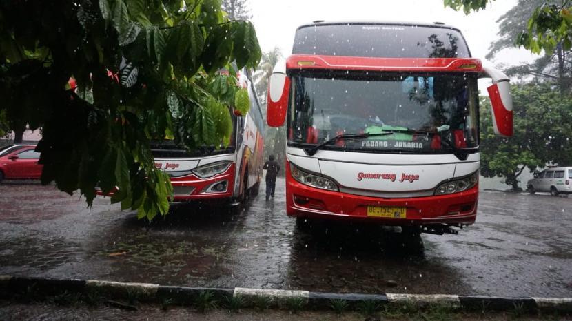 Bus Gumarang Jaya mengangkut perantau Sumbar.  Di jalan Jorong Baringin, Nagari Pitalah, Kecamatan Batipuh, Kabupaten Tanah Datar, Sumatra Barat bus ini menabrak sekumpulan pelajar.