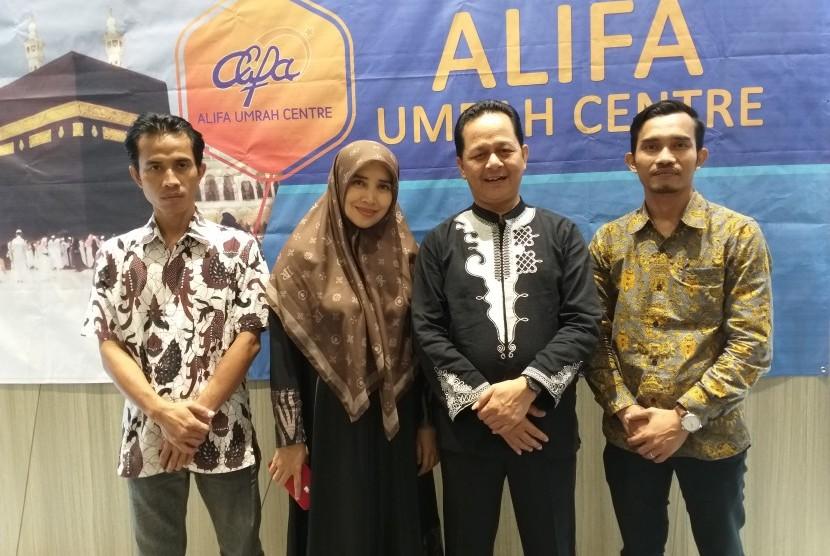 Dua dari empat guru/karyawan Al-Mawardi Goup (paling kini dan paling kanan) yang mendapat giliran umrah tahun 2019.