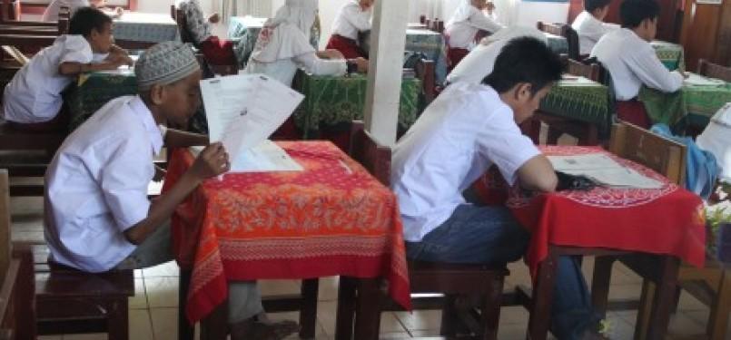 Dua dari enam siswa sekolah Filial atau sekolah khusus bagi pekerja anak di Pasar Baru Banjarmasin mengikuti ujian nasional tahun 2011 di SDN Mawar 2 Banjarmasin.