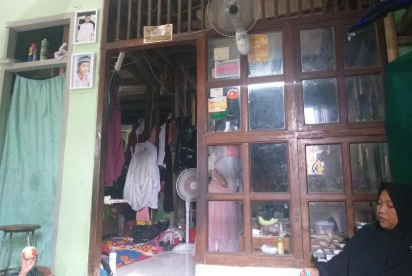 Dua foto Muhammad Harun Al Rasyid (15), korban meninggal akibat kericuhan pada 22 Mei, terpajang di sudut rumahnya, Rabu (5/6).