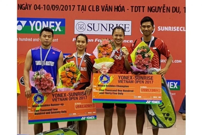 Dua ganda campuran Indonesia, Alfian Eko Prasetya/Melati Daeva Oktavianti (kanan) yang menjadi juara Vietnam Open Grand Prix 2017 dengan mengalahkan Riky Widianto/Masita Mahmudin.