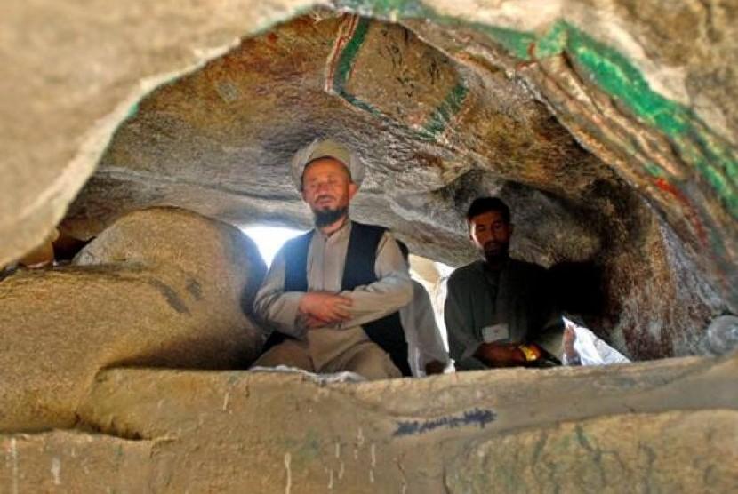 Dua jamaah haji berziarah dan shalat di Gua Tsur yang terdapat di Jabal Tsur, Makkah.