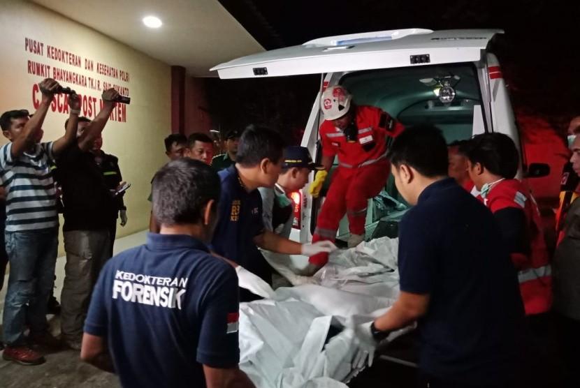 Dua kantong jenazah dan satu kantong properti tiba di Rumah Sakit (RS) Polri, Rabu (31/10), Jakarta.