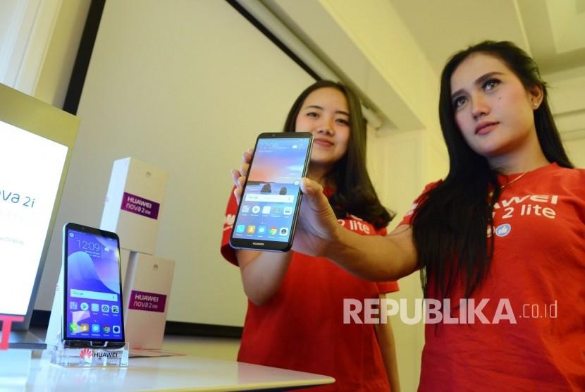 Dua model memperlihatkan produk smartphone Huawei Nova 2 lite, di Kota Bandung, Senin (30/4).