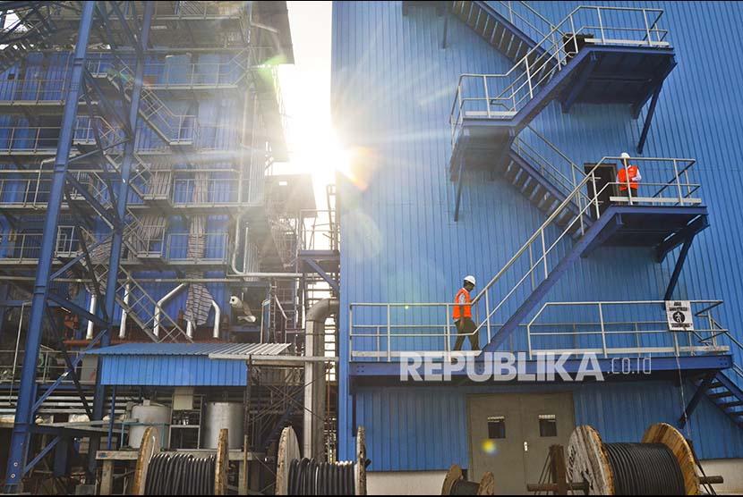 Dua orang karyawan berada di menara Pembangkit Listrik Tenaga Uap (PLTU) Sumbawa Barat di Desa Kertasari, Kecamatan Taliwang, Kabupaten Sumbawa Barat, NTB, Kamis (1/6). Untuk mendukung keandalan kelistrikan sektor Tambora (pulau Sumbawa) PLN melanjutkan pembangunan PLTU Sumbawa Barat kapasitas 2x27 MW yang ditargetkan beroperasi akhir tahun 2017 dan PLTU Bima 2x10 MW beroperasi tahun 2018 dengan jaringan transmisi sepanjang 583 kilometer sirkuit (kms) di wilayah pulau Sumbawa.