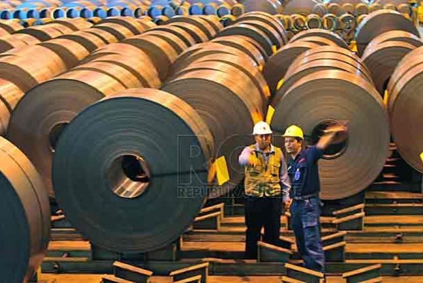 Dua orang pekerja tengah memeriksa stock Cold Rolled Coil, di Area Cold Rolling Mill PT Krakatau Steel, Cilegon, Banten, Senin (1/11).  Foto: Yogi Ardhi/Republika