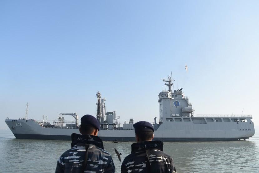 Dua orang prajurit TNI AL mengamati Kapal Perang Republik Indonesia (KRI) Tarakan-905 ketika akan sandar di Dermaga Madura Ujung, Koarmatim, Surabaya, Jawa Timur, Kamis (8/9).
