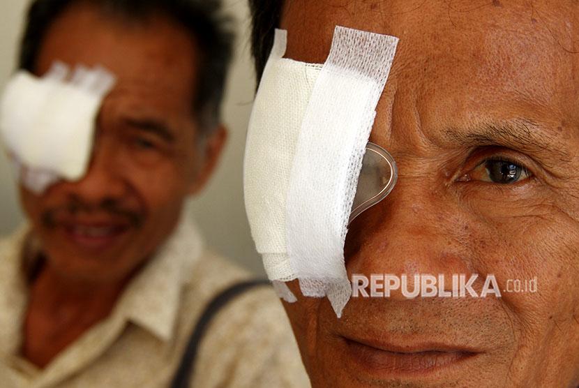 Dua pasien selesai melakukan operasi katarak di Rumah Sakit Bhayangkara Hoegeng Iman Santoso Polda Sulbar, Mamuju, Sulawesi Barat, Selasa (17/4).