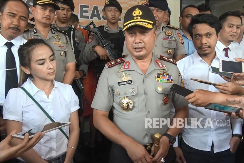 Dua pelaku pemberian minuman keras ke satwa di Taman Safari Indonesia, AA dan PB, saat menyampaikan permintaan maaf di Polres Bogor, Senin (20/11).  Kedua pelaku juga telah mendatangi manajemen TSI untuk meminta maaf