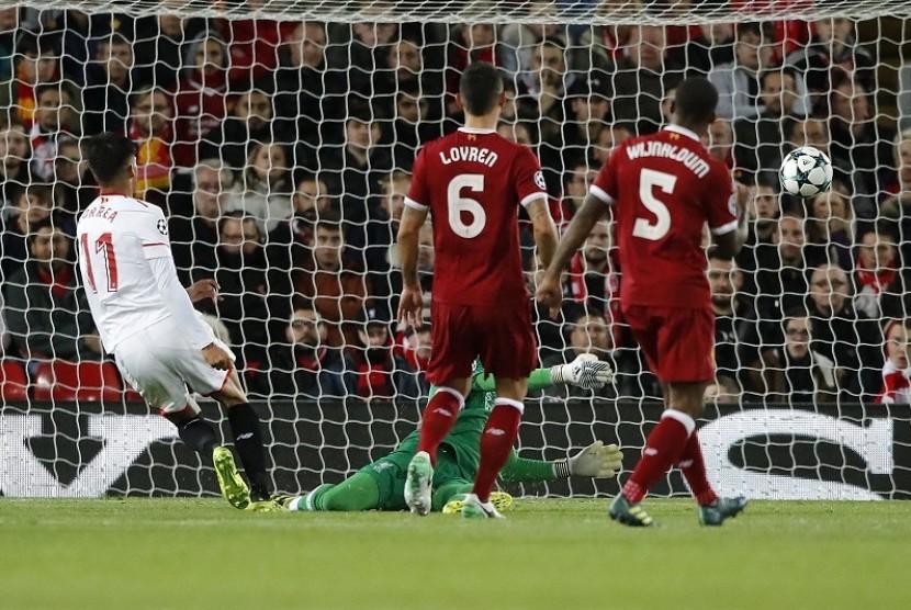 Dua pemain Liverpool, Gerginio Wijnaldum (kanan) dan Dejan Lovren hanya bisa menyaksikan gawangnya dibobol pemain Sevilla Joaquin Correa pada laga Grup E Liga Champions, di Anfield, Kamis (14/9) dini hari WIB.