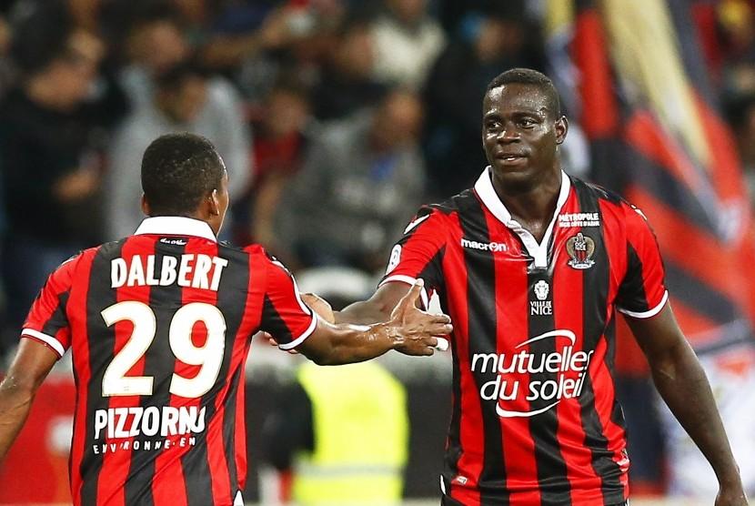 Dua pemain OGC Nice, Dalbert Henrique (kiri) bersama Mario Balotelli.