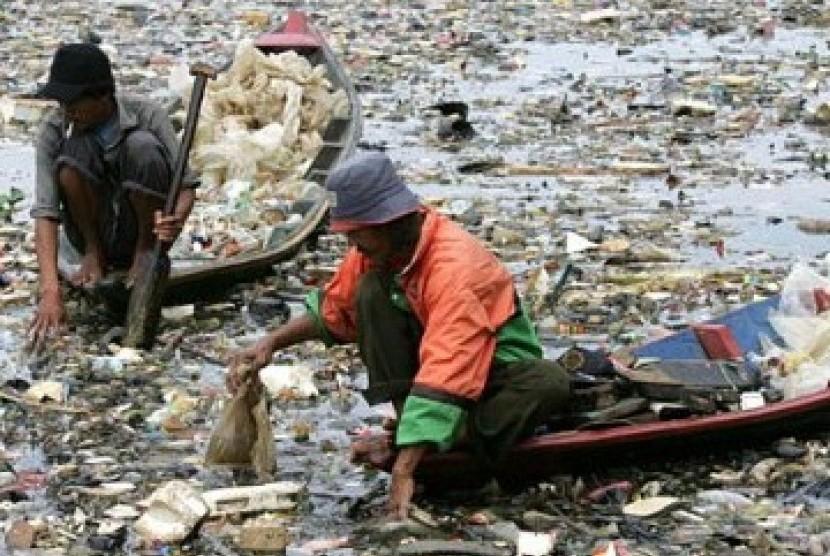 Dua pemulung sedang mencari sampah plastik di sungai yang sudah dipenuhi sampah. (Ilustrasi)