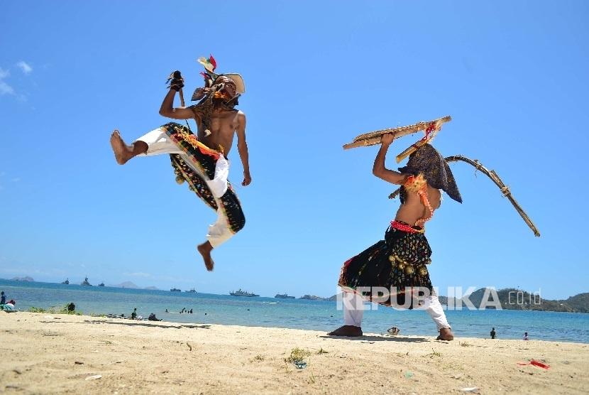 Dua penari memperagakan gerakan Tari Caci di Pantai Pede, Labuan Bajo, Nusa Tenggara Timur. (ilustrasi)