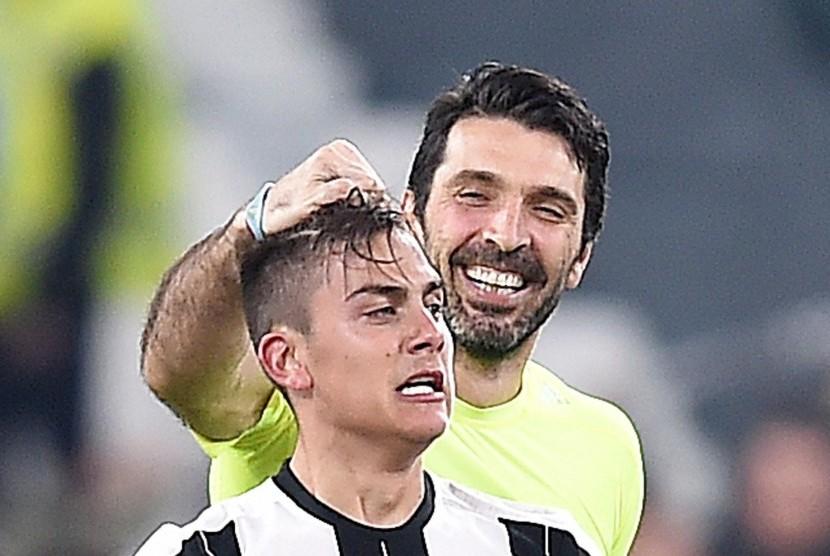 Dua penggawa Juventus, Paulo Dybala (kiri) dan Gianluigi Buffon.