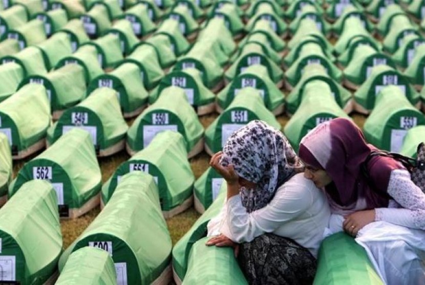 Dua perempuan Muslim Bosnia mekamam kembali keluarganya yang mencjadi korban pembantian Serbia di Sebrenica.