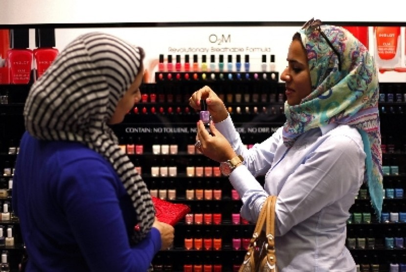 Dua perempuan sedang memilih cat kuku (ilustrasi)