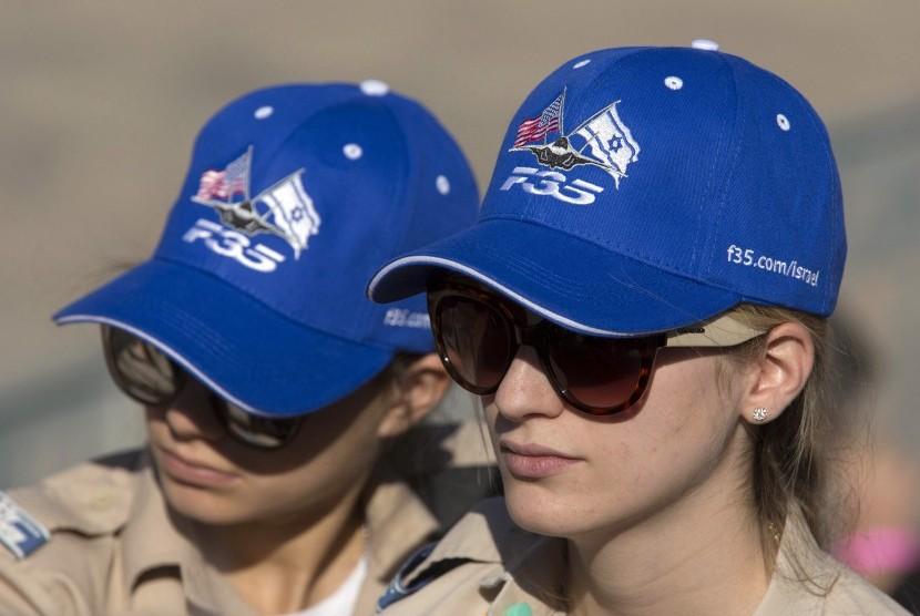 Dua perempuan yang merupakan anggota tentara Israel.