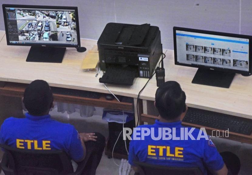 [Ilustrasi] Dua personel Polantas mengamati layar monitor hasil penginderaan kamera CCTV pengawas lalu lintas.