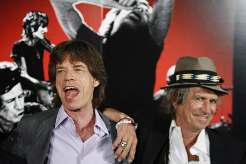 Dua personel the Rolling Stones, Mick Jagger (kiri) dan Keith Richards (kanan) tersenyum dalam sesi foto press conference film dokumenter Shine A Light yang disutradarai martin Scorsese pada 30 Maret 2008.