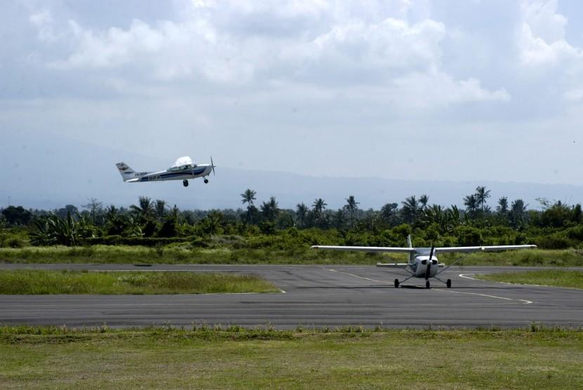 Dua pesawat latih berada di Bandara Udara (Bandara) Blimbingsari, Rogojampi, Banyuwangi, Jawa Timur. (ilustrasi)