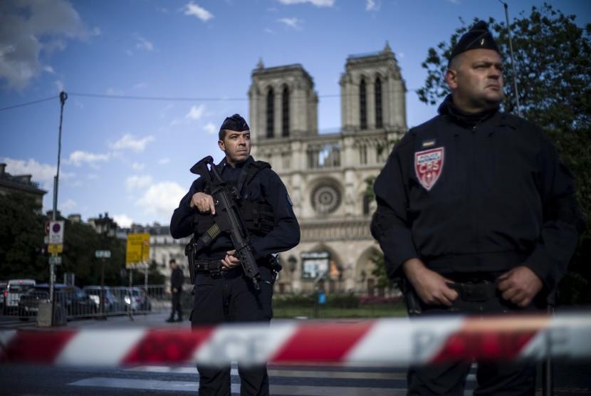 Dua petugas berjaga di depan Katedral Notre Dame di Paris, Prancis setelah terjadi penusukan terhadap seorang polisi pada Selasa (6/6).