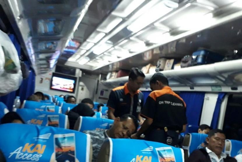 Dua petugas kebersihan sedang menjalankan tugasnya di KA Gumarang jurusan Stasiun Pasar Senen, Jakarta-Stasiun Pasar Turi, Surabaya.