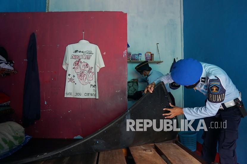 Dua petugas memeriksa kamar hunian di Lembaga Pembinaan Khusus Anak (LPKA) di Kota Gorontalo, Gorontalo, Selasa (28/9/2021). LPKA Gorontalo mendeklarasikan Aparatur Sipil Negara (ASN) bebas dari handphone, pungli dan narkoba di lingkungan kerjanya.