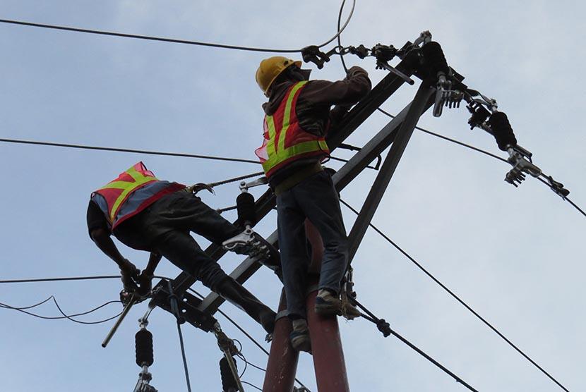 Dua petugas PT Perusahaan Listrik Negara (PLN) sedang menyelesaikan jaringan kabel listrik di wilayah Kecamatan Oenino, Kabupaten Timor Tengah Selatan, Nusa Tenggara Timur (NTT), Selasa (15/8) lalu.