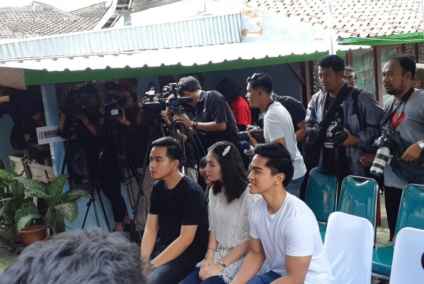 Dua putra Jokowi, Gibran Rakabuming Raka dan Kaesang Pangarep, beserta istri Gibran, Selvi Ananda, memberikan hak suara Pemilu 2019 di tempat pemungutan suara (TPS) 38 Tirtoyoso, Kelurahan Manahan, Kecamatan Banjarsari, Solo, Rabu (17/4). Kaesang dan Selvi mengenakan baju putih, sedangkan Gibran mengenakan baju hitam.
