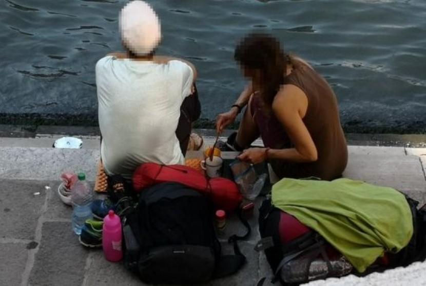Dua turis Jerman didenda Rp 14 juta karena menyeduh kopi di Jembatan Rialto di Venesia, Italia.