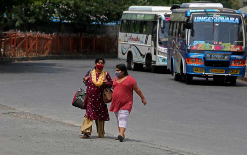 Two Indians are waiting for a bus in Bangalore, India. On Friday (9/4), India reported its highest case of coronavirus for three consecutive days. Within 24 hours India recorded more than 100 thousand cases.