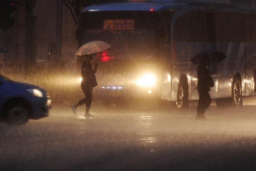 Terkeren 27+ Gambar Hujan Di Jalan Malam Hari - Bari Gambar