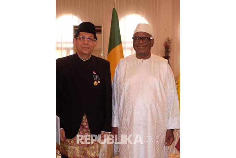 Dubes RI Dakar Mansyur Pangeran bersama Presiden Mali, Ibrahim Boubacar Keita.