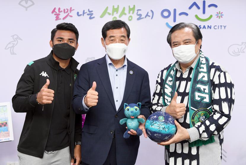 Dubes RI Umar Hadi (kanan), Walikota Ansan Yoon Hwa-seop, dan Asnawi Mangkualam saat bertemu di Ansan, Korea Selatan, Jumat (17/9).