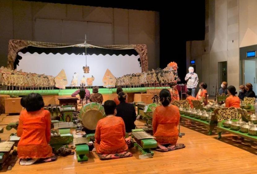 Dubes RI untuk Jepang Heri Akhmadi berikan sambutan ditengah pementasan wayang kulit Ki Dalang Rofit Ibrahim dengan iringan grup Gamelan Jepang Lambangsari di Tokyo Sabtu (12/6).
