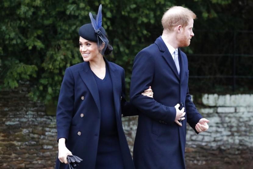 Duchess of Sussex Meghan Markle dan Pangeran Harry saat perayaan Natal di St Mary Magdalene Church di Sandringham, Norfolk, Inggris, Selasa (25/12).