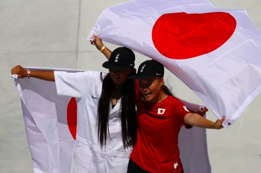 Duet Jepang Sakura Yosozumi dan Cocona Hiraki memenangkan medali emas dan perak skateboard Olimpiade Tokyo nomor park putri di Ariake Urban Sports Park, Tokyo, Jepang, 4 Agustus, 2021.