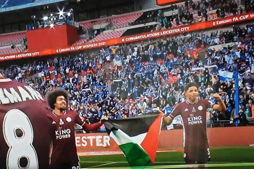 Duo pemain Leicester City, Hamza Choudhury dan Wesley Fofana mengibarkan bendera Palestina di Stadion Wembley, London, Inggris, Ahad (16/5) dini hari WIB.