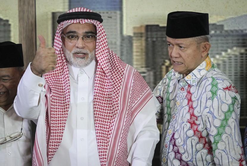Duta Besar Arab Saudi untuk Indonesia Osama bin Mohammed Al-Shuaibi (kiri) didampingi Ketua Pimpinan Pusat (PP) Muhammadiyah Anwar Abbas (kanan) menyapa wartawan seusai menggelar jumpa pers di kantor PP Muhammadiyah, Jakarta, Selasa (13/11/2018).