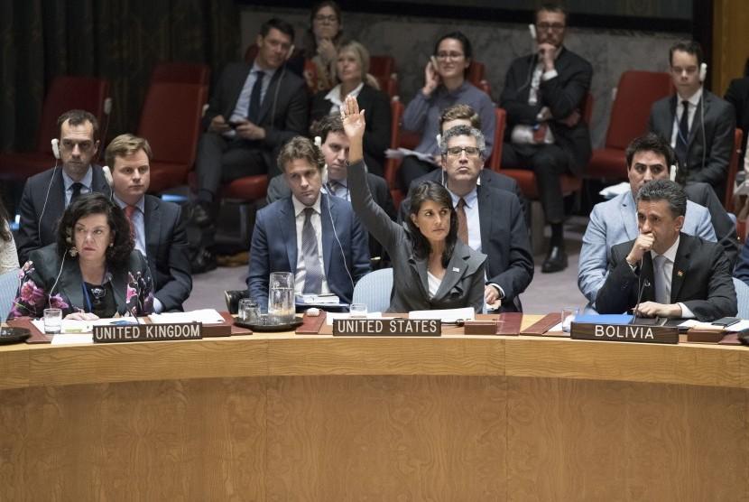 Duta Besar AS untuk PBB, Nikki Haley (tengah), memveto resolusi yang diajukan Kuwait ke Dewan Keamanan PBB tentang perlindungan internasional untuk rakyat Palestina, di Markas Besar PBB, Jumat (1/6).