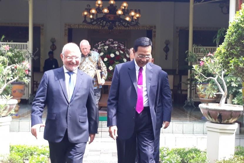 Duta Besar Belgia untuk Indonesia Stephane De Loecker (kiri) bersama Gubernur DIY Sri Sultan Hamengku Buwono X di Kepatihan.