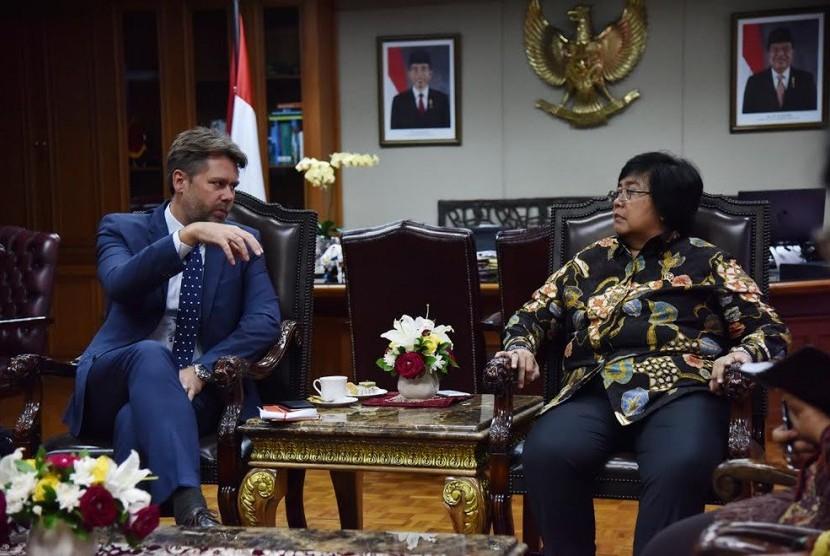 Duta Besar Denmark H.E. Casper Klynge berdiskusi dengan Menteri Lingkungan Hidup dan Kehutanan Siti Nurbaya mengenai kawasan Hutan Harapan di Provinsi Jambi.