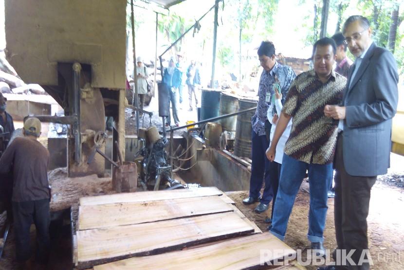 Dubes Inggris untuk Indonesia, Moazzam Malik melihat langsung hasil produksi di penggergajian kayu di Desa Kecapi, Kecamatan Tahunan, Kabupaten Jepara, Jawa Tengah, Selasa (23/2). (Republika/Bowo Pribadi)