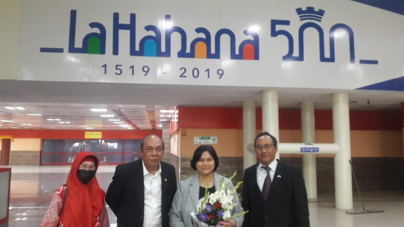 Duta Besar (Dubes) RI untuk Kuba Nana Yuliana (bawa bunga).