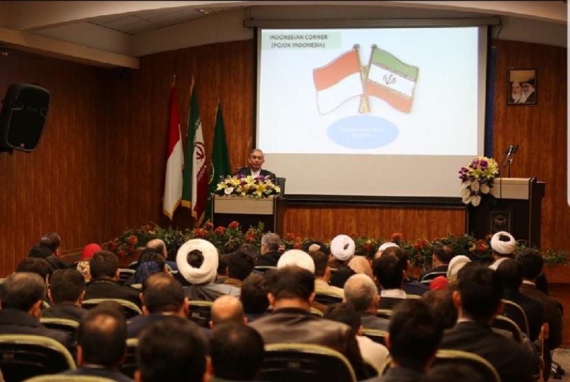 Duta besar Indonesia untuk Iran Octavino Alimudin berbicara tentang Indonesian Corner di Teheran.