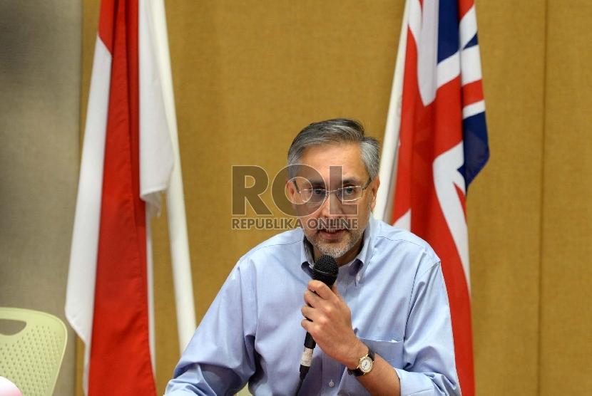 Duta Besar Inggris untuk Indonesia Moazzam Malik memberikan keterangan pers kepada jurnalis di Kedutaan Besar Inggris, Jakarta, Ahad (26/7).