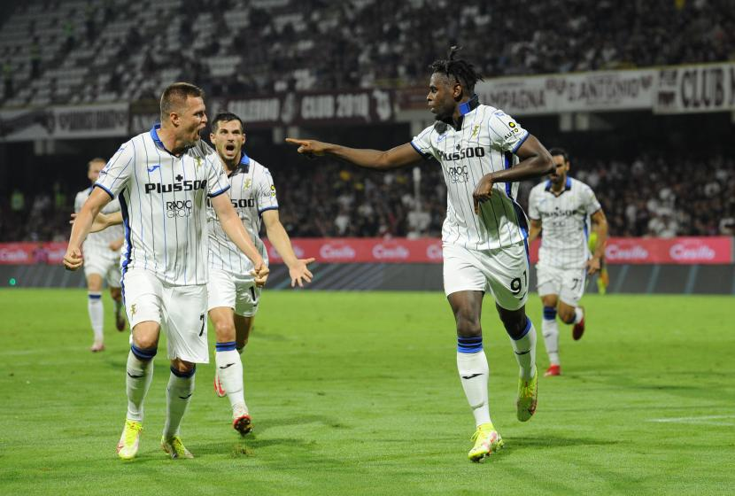 Duvan Zapata (kanan) dari Atalanta melakukan selebrasi dengan rekan setimnya, Josip Ilicic, setelah mencetak gol dalam pertandingan sepak bola Serie A Italia antara US Salernitana dan Atalanta Bergamo di Stadion Arechi di Salerno, Italia, 18 September 2021.