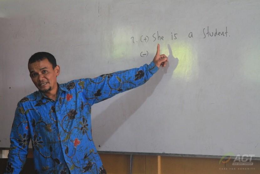 Dwi merupakan guru bahasa Inggris di salah satu SDN di Malang, Jawa Timur. Ia sudah mengajar 18 tahun lamanya sebagai guru honorer.