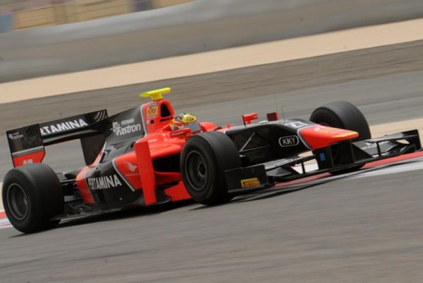 ebalap Indonesia Rio Haryanto melaju saat kualifikasi GP2 Bahrain di Sirkuit Sakhir, Bahrain, Jumat (20/4). Pebalap yang tergabung dengan Tim Marussia Carlin tersebut akan menempati start posisi ke-10 pada race (feature race) pada Sabtu (21/4)
