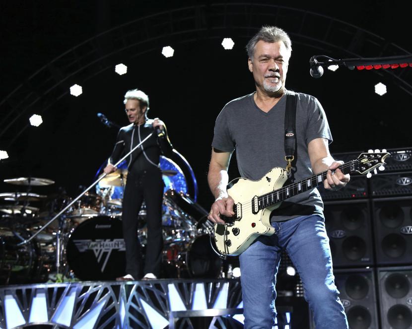Eddie Van Halen tampil di Wantagh, New York, AS pada 13 Agustus 2015. Lima gitar seri Charvel Art milik mendiang Eddie Van Halen laku dilelang dengan harga yang cukup fantastis (ilustrasi).